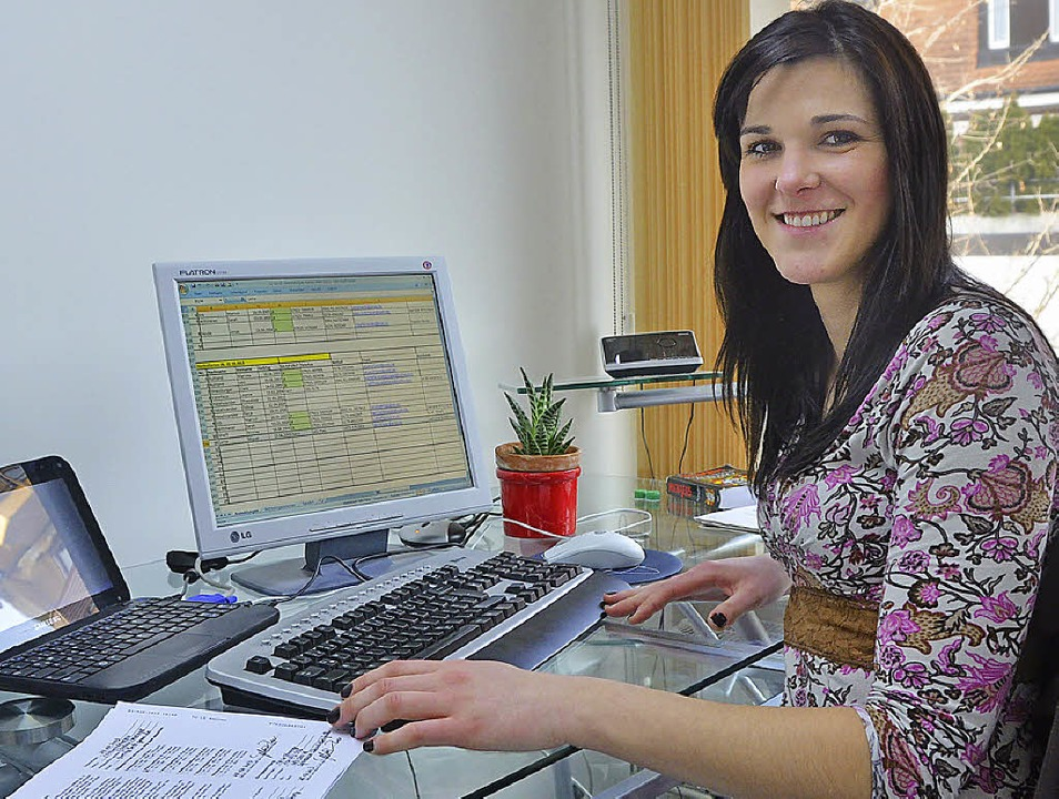Michele Bagestao macht ihr Freiwillige...en Büroarbeit und Präsenz im Geschäft.  | Foto: Hanna Völkle