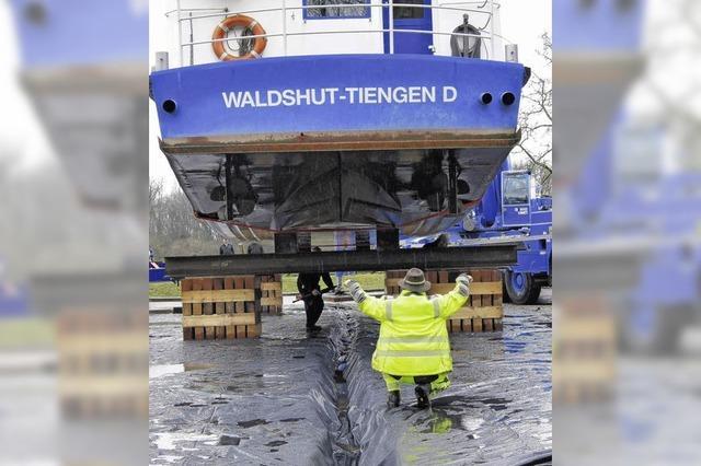 Fährschiff sitzt auf dem Trockenen