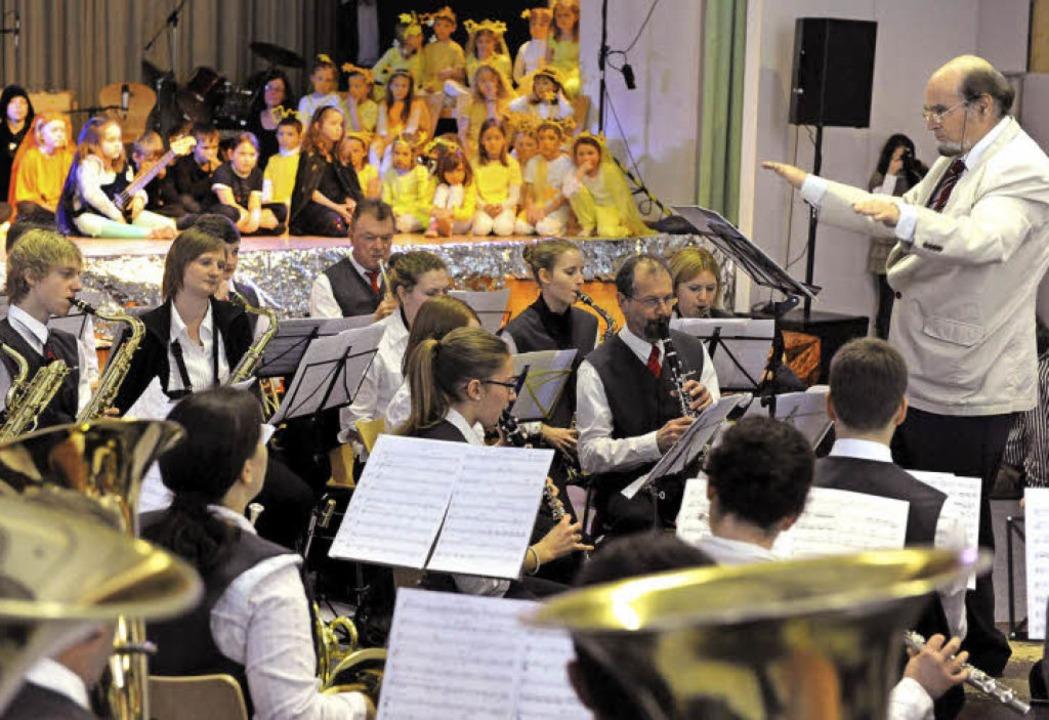Im richtigen Takt für die Kinder: Dirigent Frieder Stoll und sein Musikverein.  | Foto: Rita Eggstein