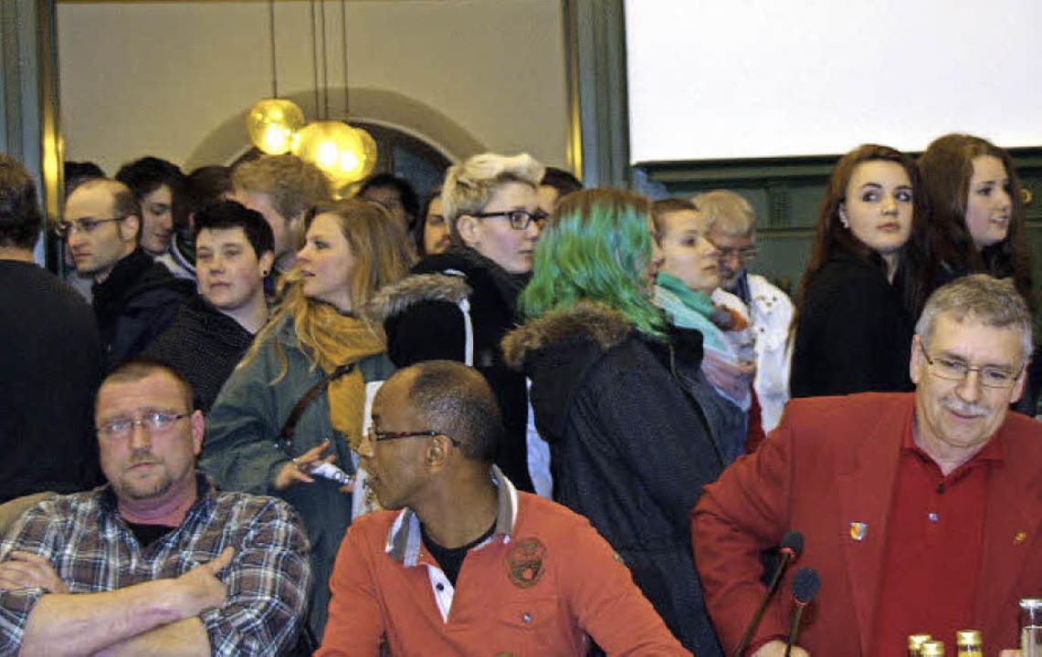 Immer mehr junge Leute drängten sich a...ma Café Irrlicht bewegte die Gemüter.   | Foto: Marlies Jung-Knoblich
