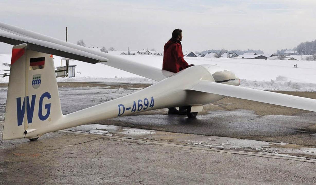 Noch liegt Schnee auf dem Segelflugpla...tzt intensiv auf die neue Saison vor.   | Foto: Verein