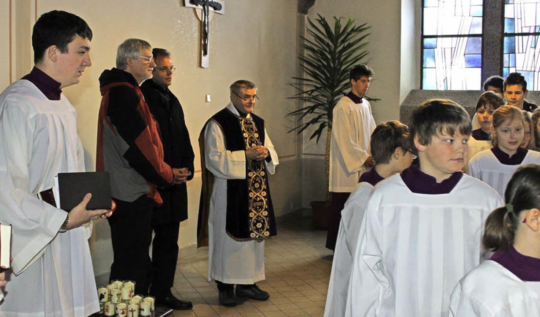 Feierlich segnete Pfarrer Ivan Hoyanic... der Empore seinen Platz erhalten hat.  | Foto: Cornelia Liebwein