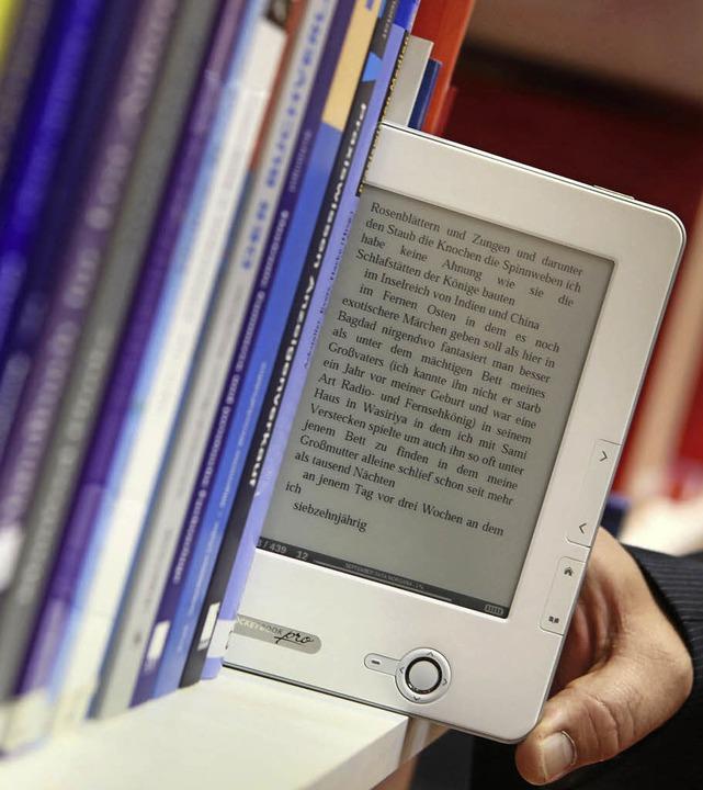 E-Book und Online-Handel machen Buchläden das Leben schwer.   | Foto: dpa