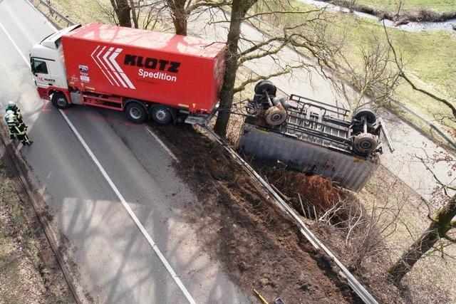 Laster rutscht von B 294 – Verursacher flüchtet