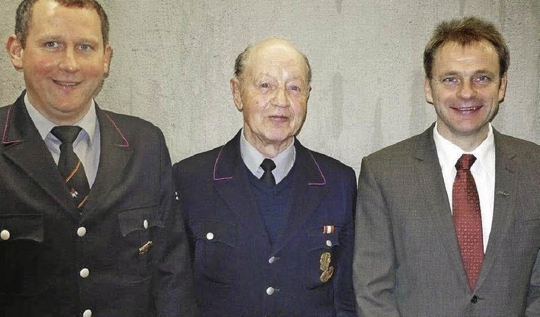 Kommandant Klaus Scherle, der Jubilar ...hn bei der Hauptversammlung der wehr.   | Foto: Franz Hilger