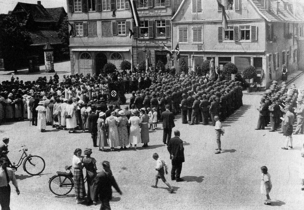 Der gleichgeschaltete Arbeiterbildungsverein auf dem Sonnenplatz im Jahr 1934.    Foto: Stadtarchiv Lahr