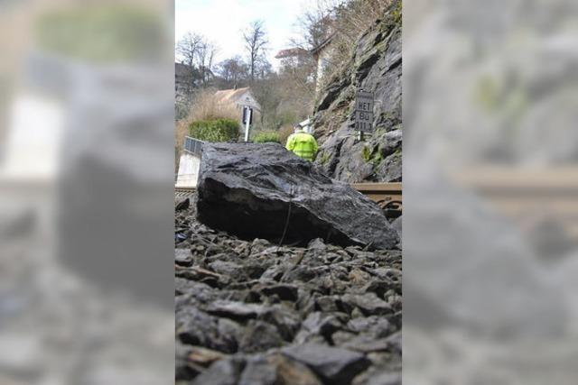 Steinbrocken stoppen Züge