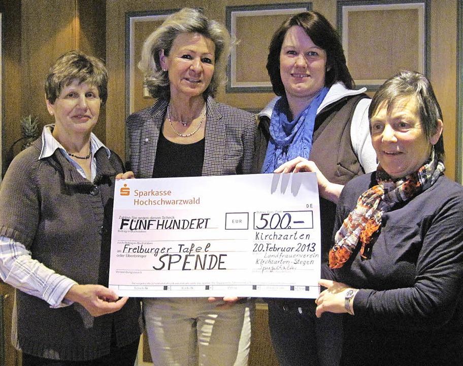 Spendenübergabe an Freiburger Tafel (v...r, Vorsitzende des Landfrauenvereins.   | Foto: Privat