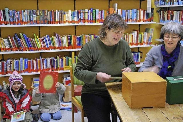 Die gemütliche Dorfbücherei weckt die Leselust