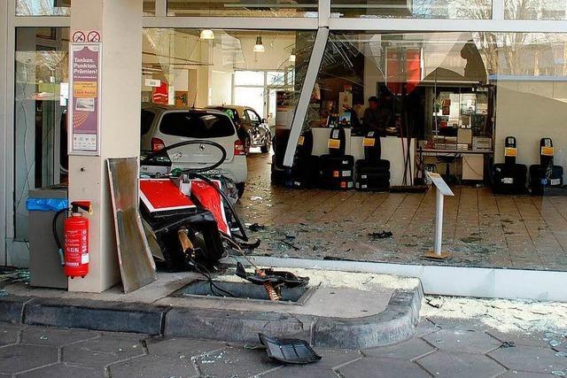 Gas statt Bremse: Autofahrerin landet in Tankstelle