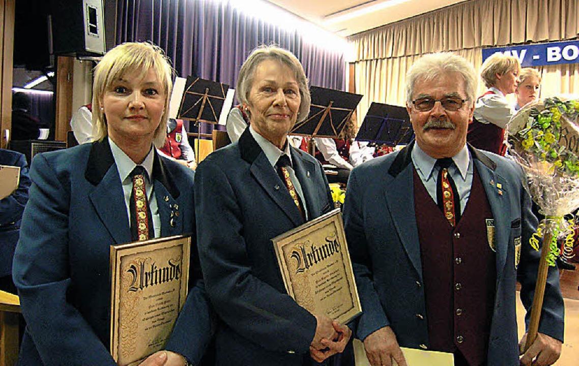 Geehrt,  von links: Sybille Hoelle, Angelika Olschewski und Lothar Bender.    Foto: Ute Schöler