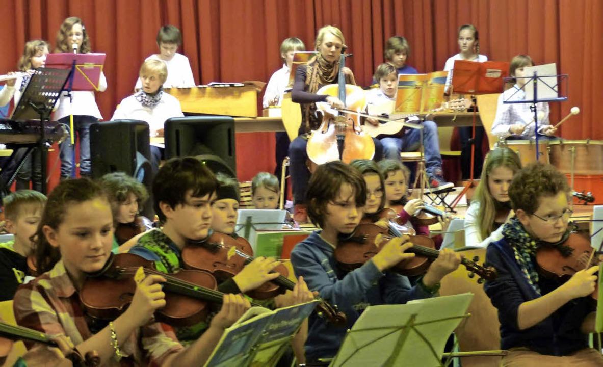 Das Ensemble der Streicherklassen 5a u...Kleber bei ihrem Solo am Violoncello.   | Foto: susanne Bremer