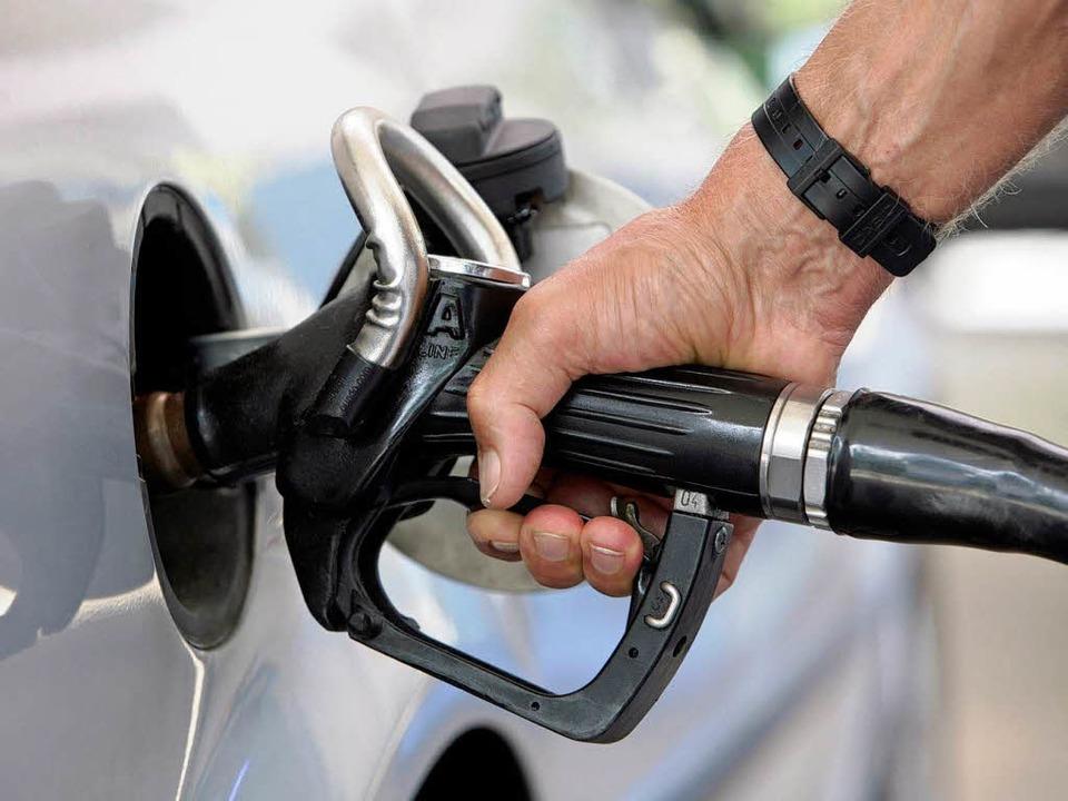 Benzin wird von Jahr zu Jahr teurer.  | Foto: dpa
