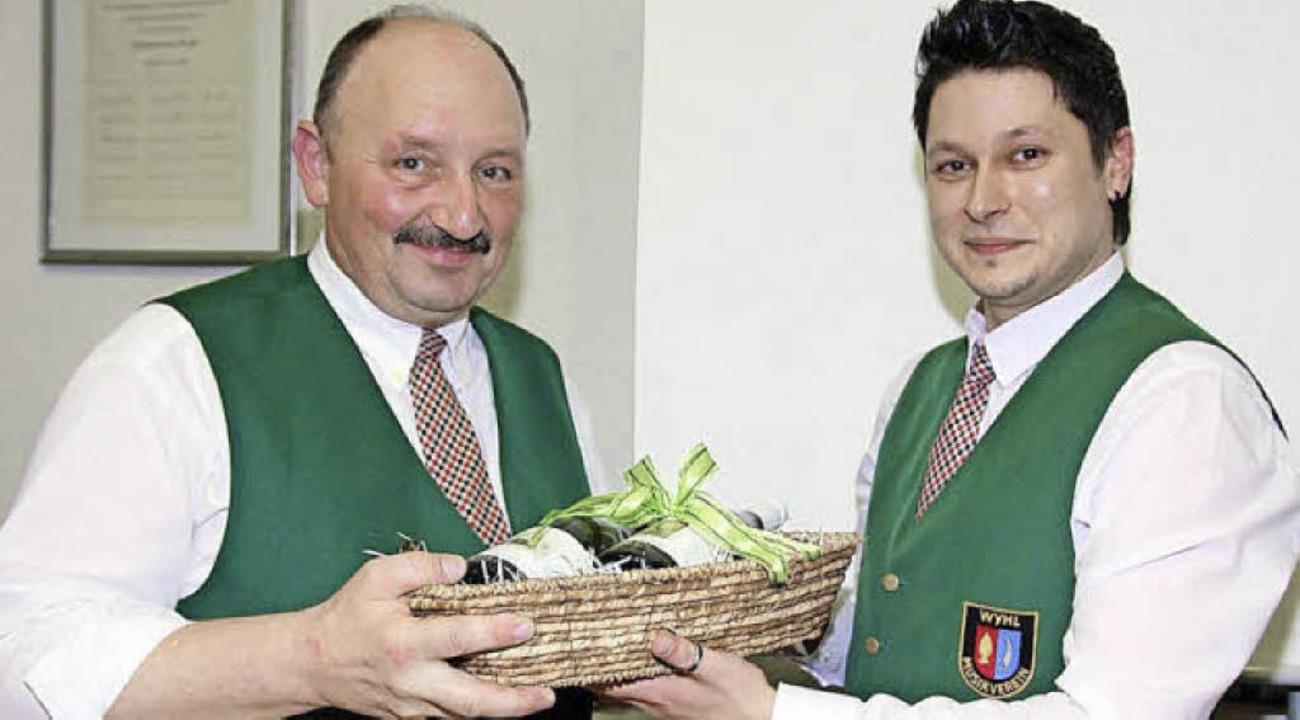 Vorsitzender Sven Hagenunger (rechts) ...ne 30 jährige Schriftführertätigkeit.   | Foto: Jürgen Schweizer