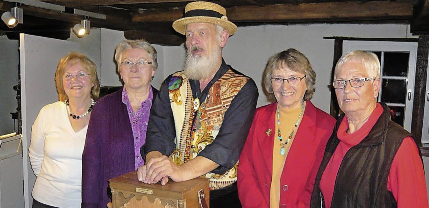 Die Akteure des Erinnerungsabends an e...ner, Helga Schmieg und Helga Schrank.   | Foto: Klaus Brust