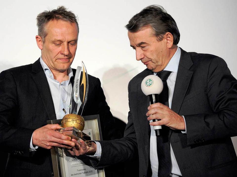DFB-Präsident Wolfgang Niersbach (rech...n den Trainerpreis des DFB überreicht.  | Foto: dpa