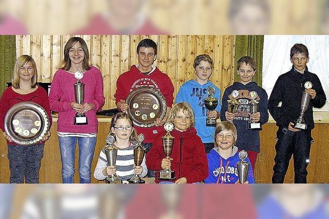 Pokale und Preise für die erfolgreichen Skikinder