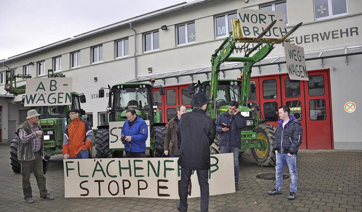 Traktoren gegen Gewerbegebiete: Landwi...staktion in Heitersheim beim Rathaus.   | Foto: ruther
