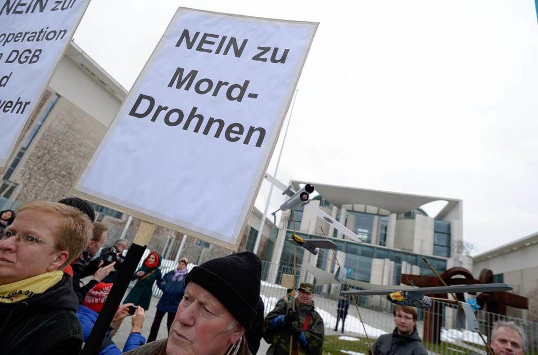 Am Ostermarsch in Berlin haben vor dem...leramt etwa 800 Menschen teilgenommen.  | Foto: dpa