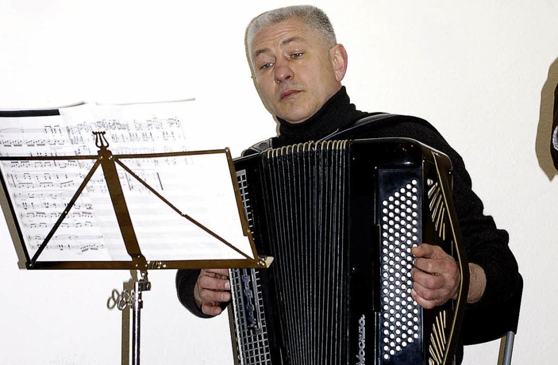 Viktor Trippel spielte bei der Vernissage auf seinem Bayan.  | Foto: Bilke