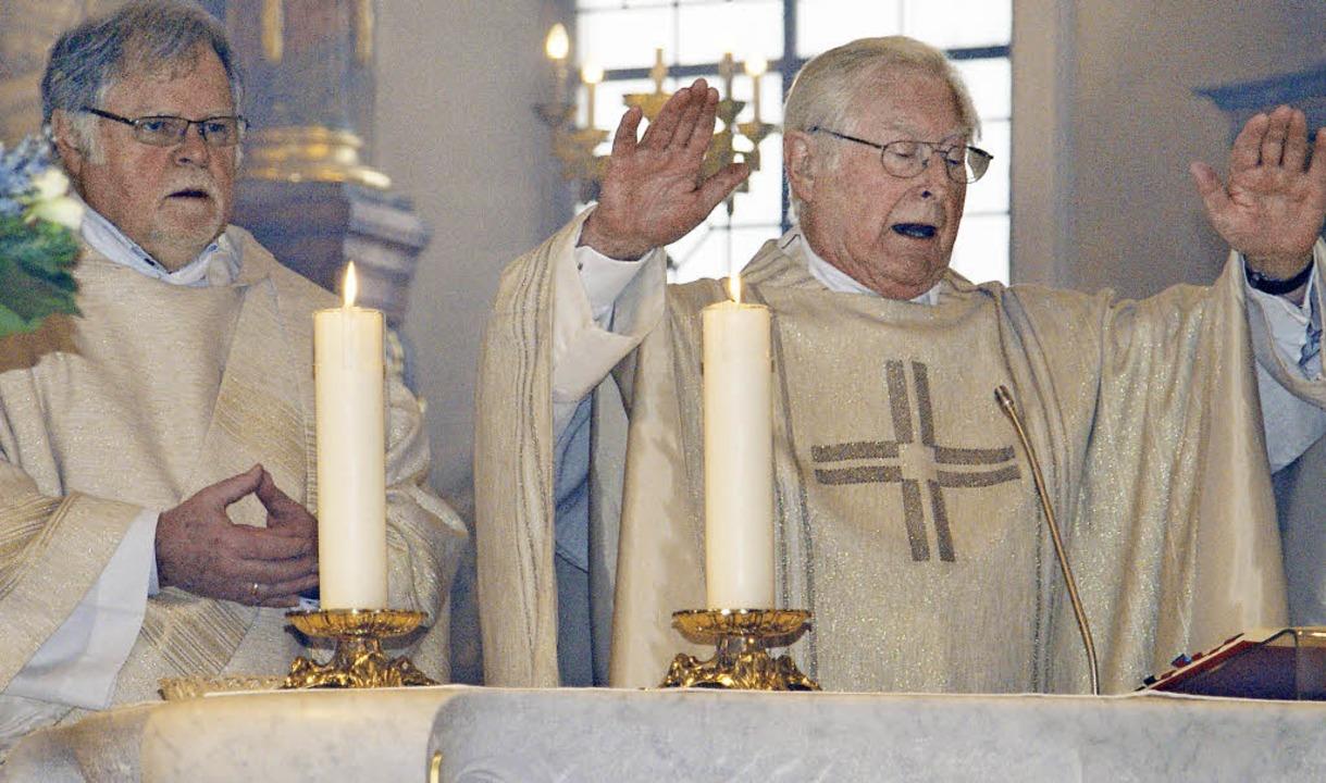Pfarrer Heinz Gerstle (rechts) und Dia...r katholischen Pfarrkirche St. Martin.  | Foto: Hrvoje Miloslavic
