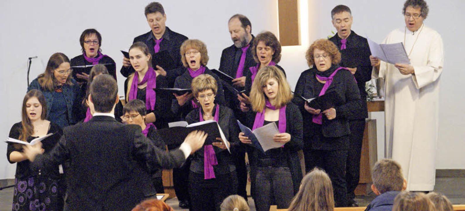 Der Projektchor unter der Leitung von ...rierten evangelischen Gottesdienstes.   | Foto: Miloslavic