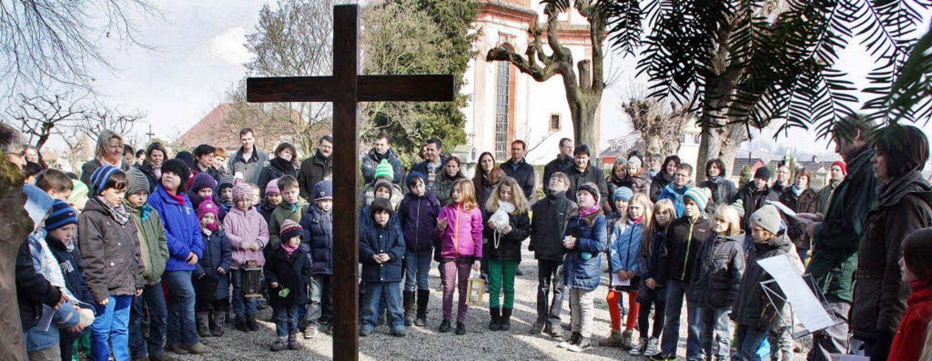 Mehr als  60 Kinder und ihre Eltern na...nen die Leidensgeschichte Jesu hörten.  | Foto: Herbert Birkle