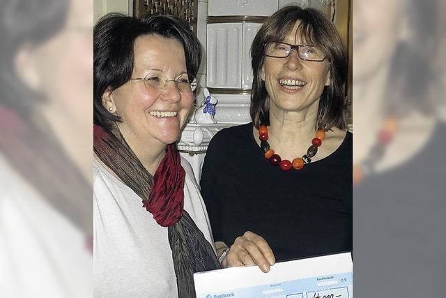Zonta spendet 4000 Euro für das Frauenhaus