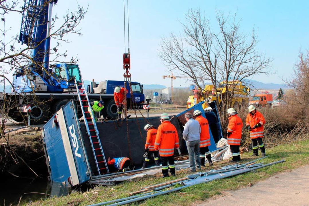 Für die Bergung wurde ein Kranwagen eingesetzt.  | Foto: Horst David