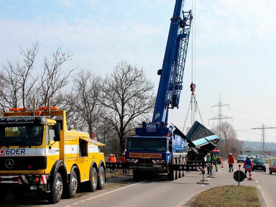 Während der Bergung wurde der Verkehr ...eitet, der Gegenverkehr ganz gesperrt.  | Foto: Horst David