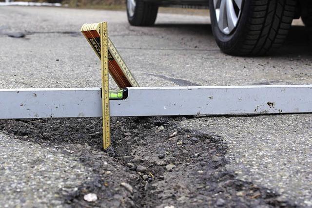 Tiefe Löcher in den Straßen