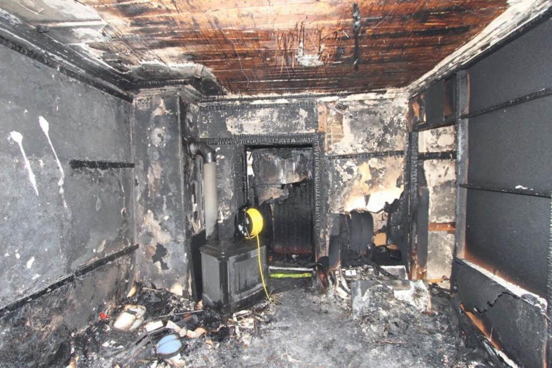 Das Feuer wütetet in dem alten Gebäude.  | Foto: dpa