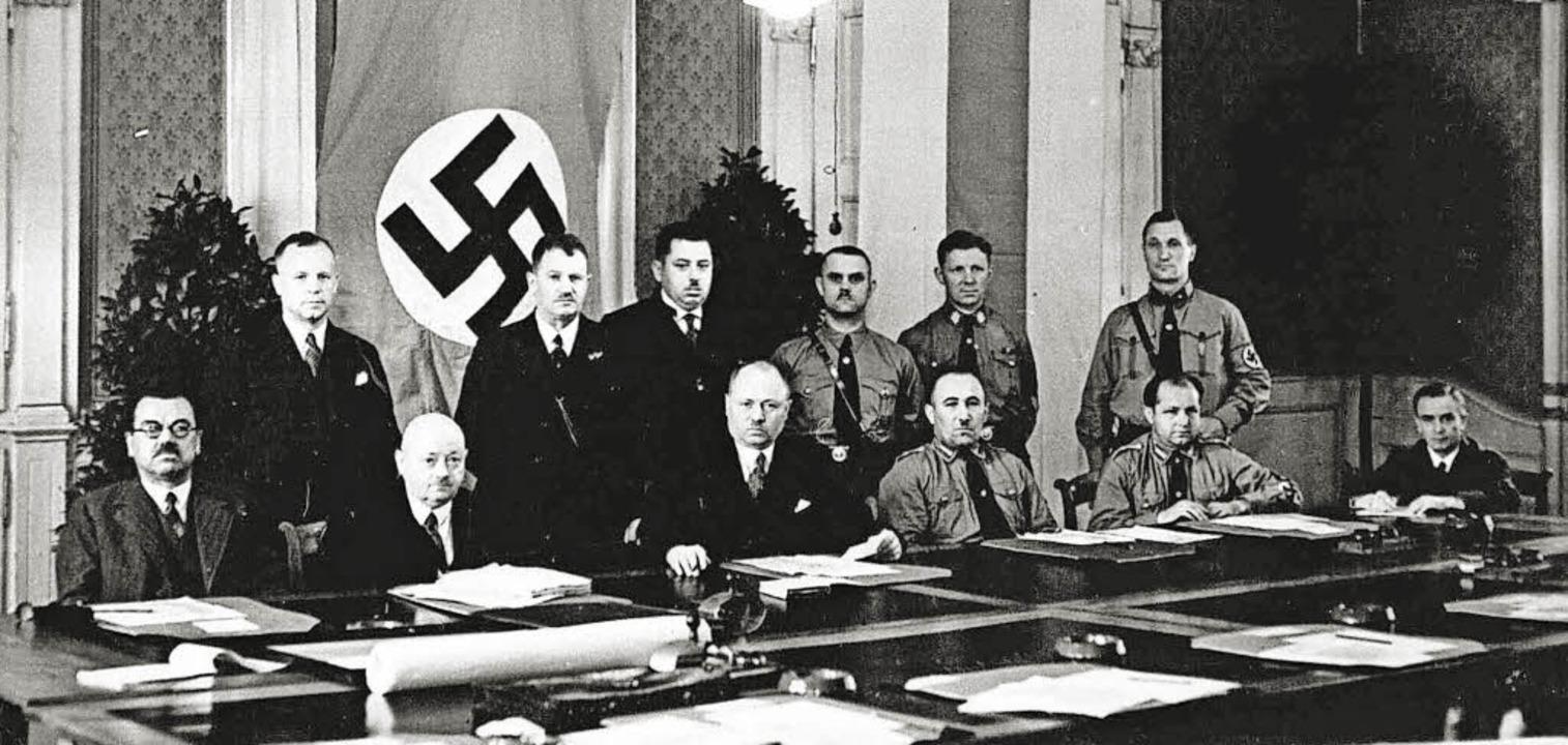 Der Offenburger Gemeinderat von 1933, ...die Hakenkreuzfahne zwangsbeurlaubte.     Foto: Stadtarchiv