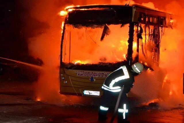 Bus und Lkw brennen aus – 200.000 Euro Schaden