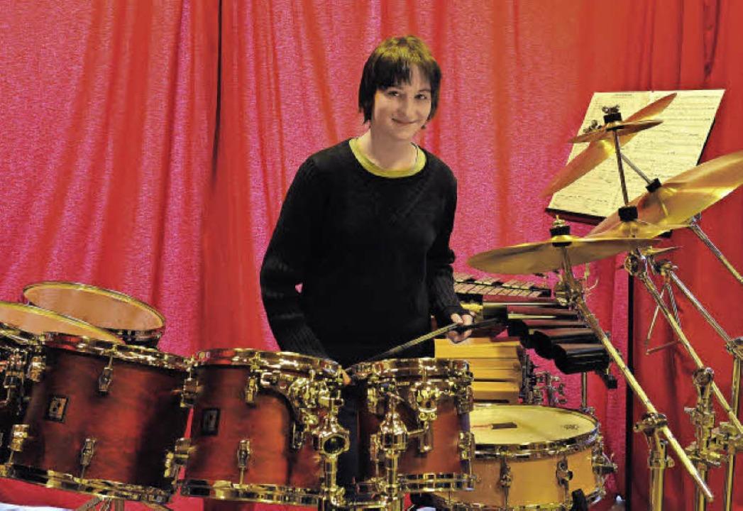 Die elfjährige Landespreisträgerin Mur...er in ihrem Übungsraum am Schlagzeug.   | Foto: Franziska Löffler