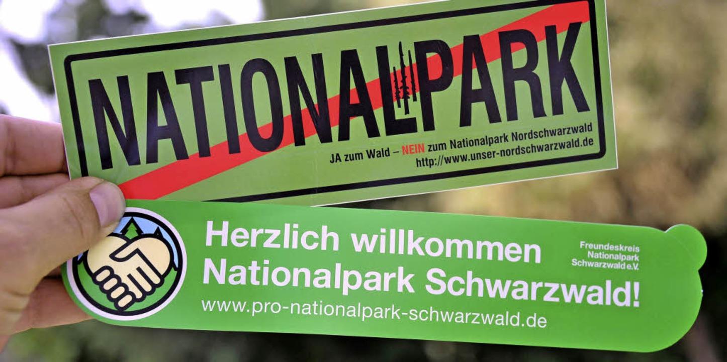 Gegner und Befürworter haben Tausende Aufkleber rund um Baiersbronn verteilt.   | Foto: dpa
