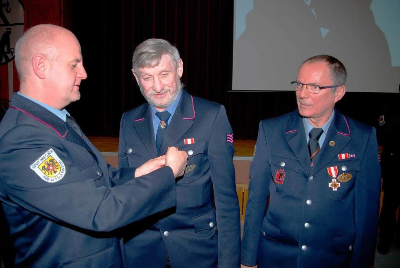Jörg Weber (links) zeichnete Hermann E...hts)  mit der goldenen Ehrennadel aus.  | Foto: Hans-Jochen Voigt