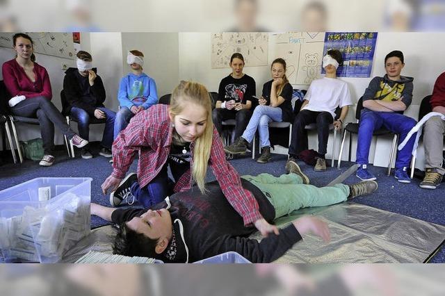 Schüler helfen, bis der Arzt kommt