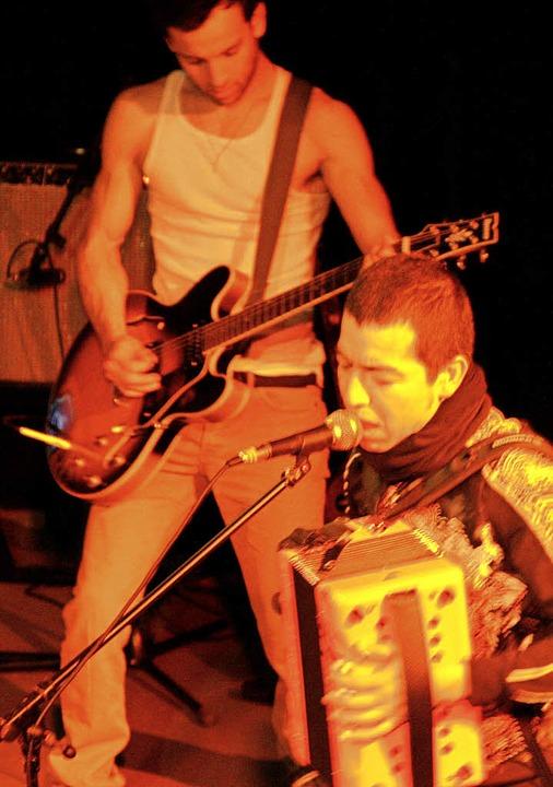 Gitarrist Luis Rodriguez und Sänger Josué Avalos   | Foto: Kubon