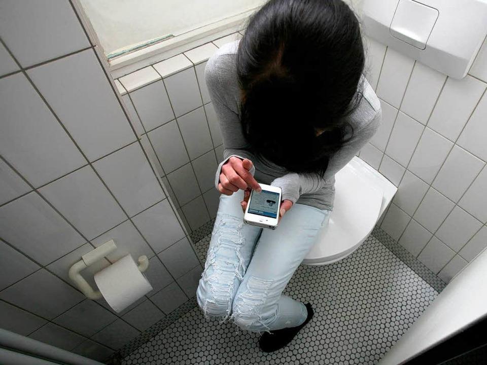 Der heimliche (im Bild nachgestellte) ...rtphone  ist beim Abitur streng verbot  | Foto: Bastian Henning