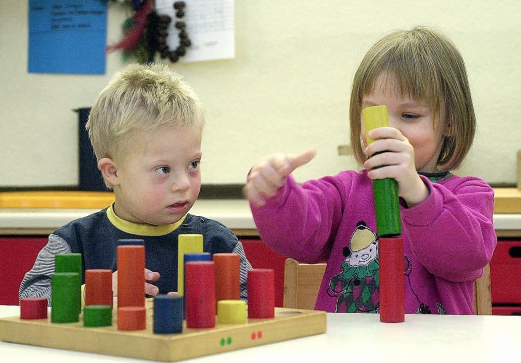 Der Kreis schafft die Basis, dass Kind...lusionsgruppen betreut werden können.     Foto: dpa