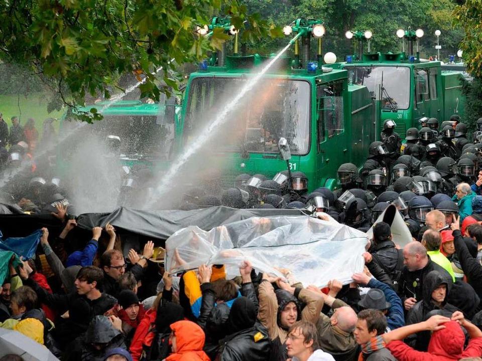 Der umstrittene Polizeieinsatz  im Schlossgarten   | Foto: dpa