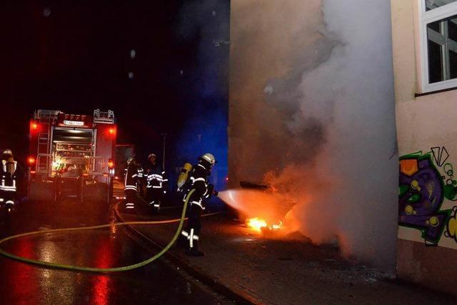 Brandstifter schlägt dreimal zu - Feuerwehr rettet zwei Gebäude