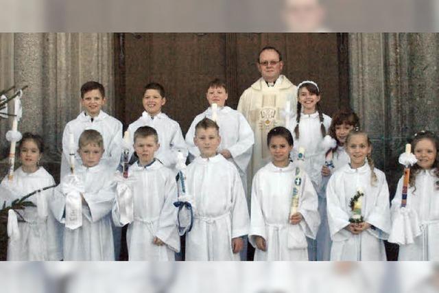 Zwölf Kinder bei Erstkommunion