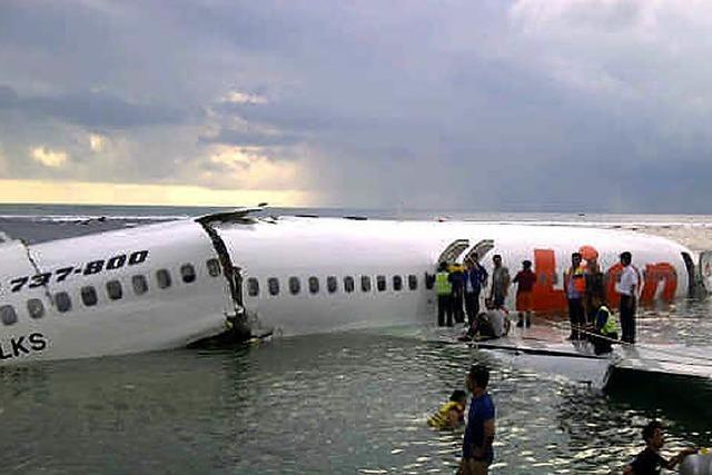 Flugzeug stürzt nahe der Landebahn im Meer