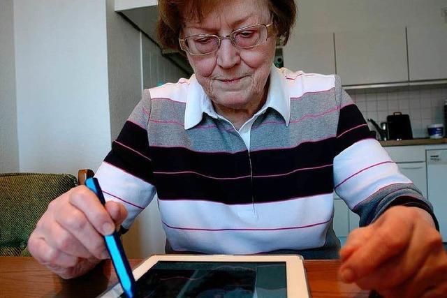 81-Jährige Lahrerin ist Feuer und Flamme fürs Digital-Abo der BZ