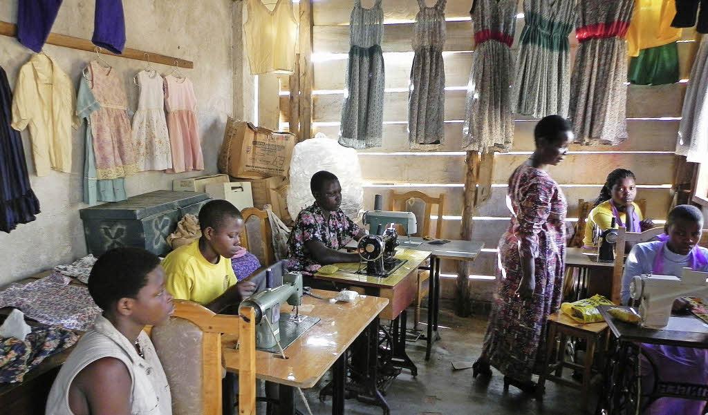 30 alte n hmaschinen helfen projekt in uganda schopfheim badische zeitung. Black Bedroom Furniture Sets. Home Design Ideas