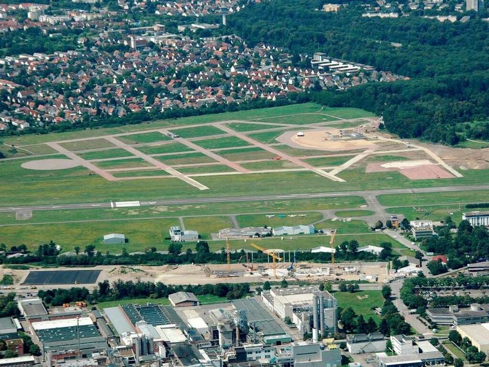 Der Flugplatz  im Sommer 2011: Das Sta...Aufbauarbeiten vor fast zwei Jahren.    | Foto: Brigitte Sasse