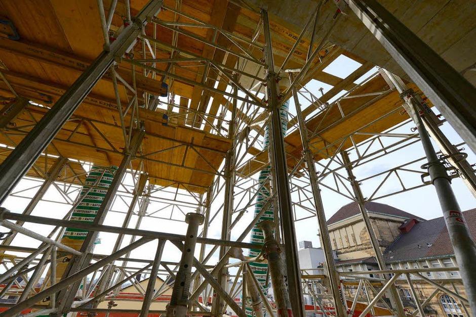 """Die nächste wichtige Zwischenetappe beim """"Umneubau"""" der Universitätsbibliothek ist geschafft: Der Rohbau der sechs neuen oberirdischen Stockwerke steht. (Foto: Ingo Schneider)"""