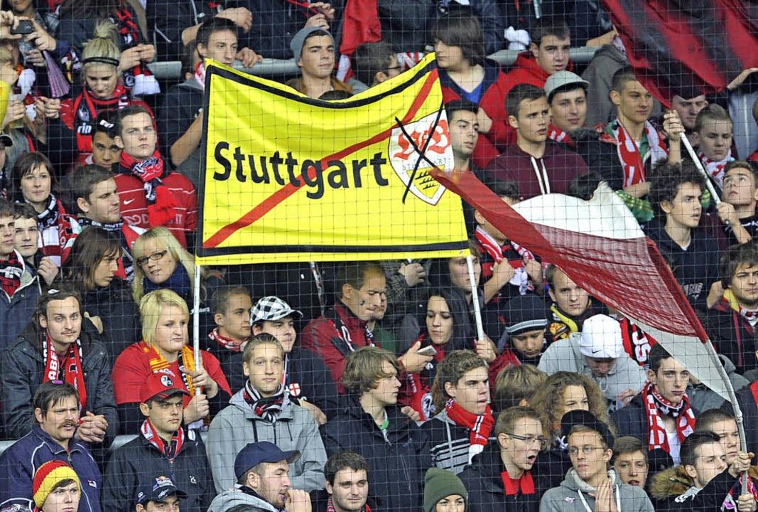Die Fans pflegen ihre Lieblingsrituale...nner beim Bundesligaspiel im November.    Foto: dpa